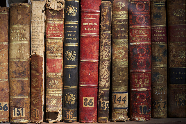 """That """"Old Book Smell"""" Is a Mix of Grass and Vanilla 