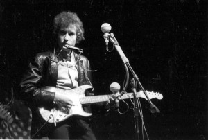 Bob Dylan at the Newport Folk Festival. Image credit to Diana Davies, Smithsonian Center for Folklife and Cultural Heritage