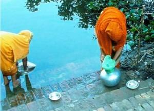 Bangladeshi women filter water through sari cloth (courtesy University of Maryland)