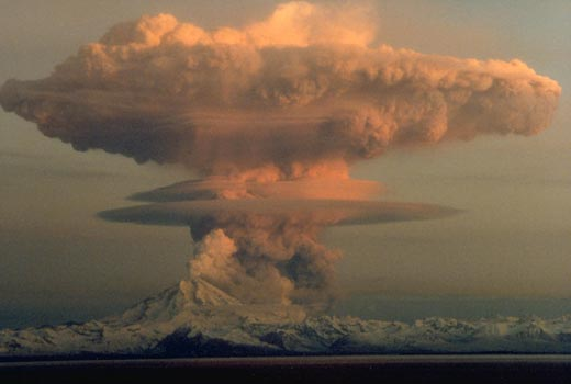 Mount Redoubt erupts in 1990 (USGS/Wikimedia Commons)