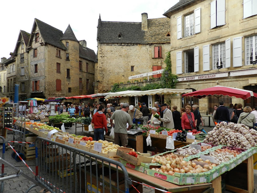 Sarlat_busy_market_place