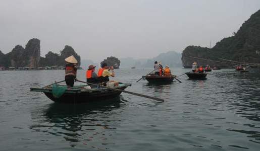 Rowing along the Ha Long River